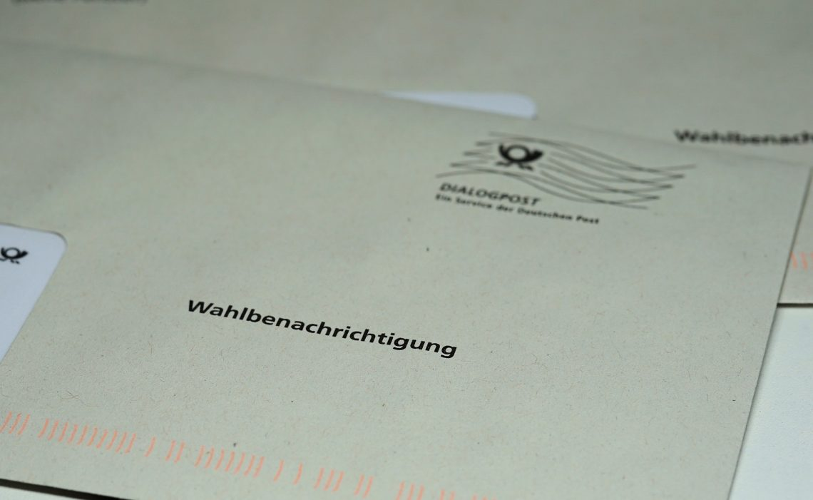Ein Briefumschlag mit der Aufschrift Wahlbenachrichtigung.